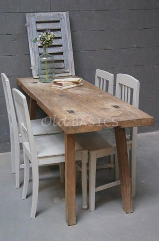 Slagerstafel 20069 - Authentieke houten slagerstafel met stevige vierkante poten. De tafel heeft mooie gebruikssporen op het blad. Ideale eettafel voor in een kleine ruimte!