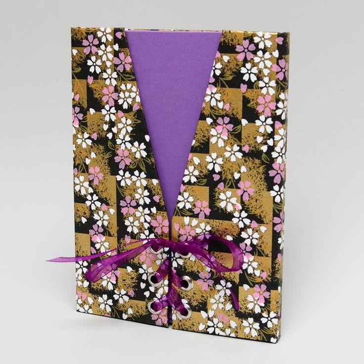 24. Dárkový obal na fotografie - foto 13x18 Chcete svým blízkým darovat fotografie netradičním způsobem? Hledáte ideální dárek pro babičku, tetičku, kamarádku? Pak Vám doporučujeme speciální darovací pouzdro. ------------------------------------------------------ Pouzdro je vyrobeno z tvrdé knihařské lepenky a následně potaženo speciálním Japonským handmade papírem. ...