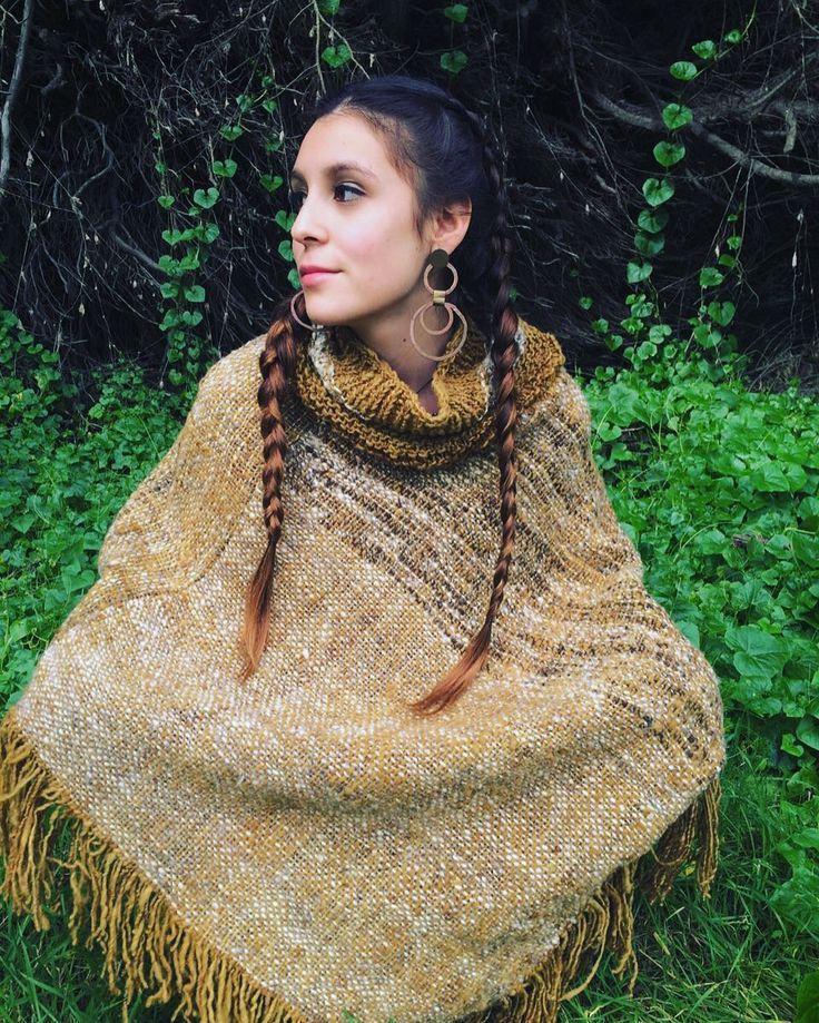 Poncho tejido a telar y palillo en suave lana de oveja