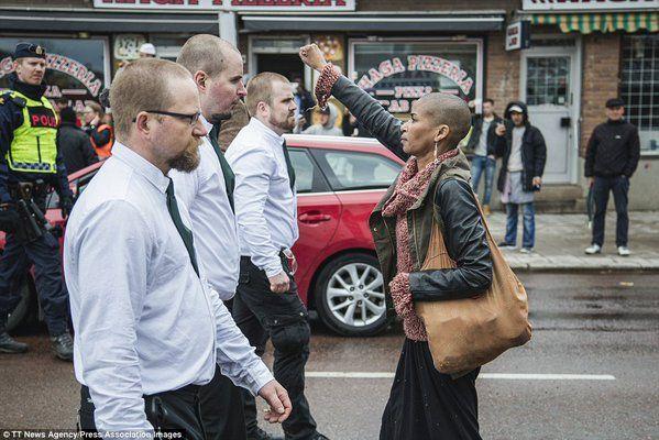 Tess Asplund, 42 ans, se trouvait sur le chemin du cortège de néo-nazis suédois et a silencieusement levé le poing, devenant tout à coup un symbole de la protestatio...