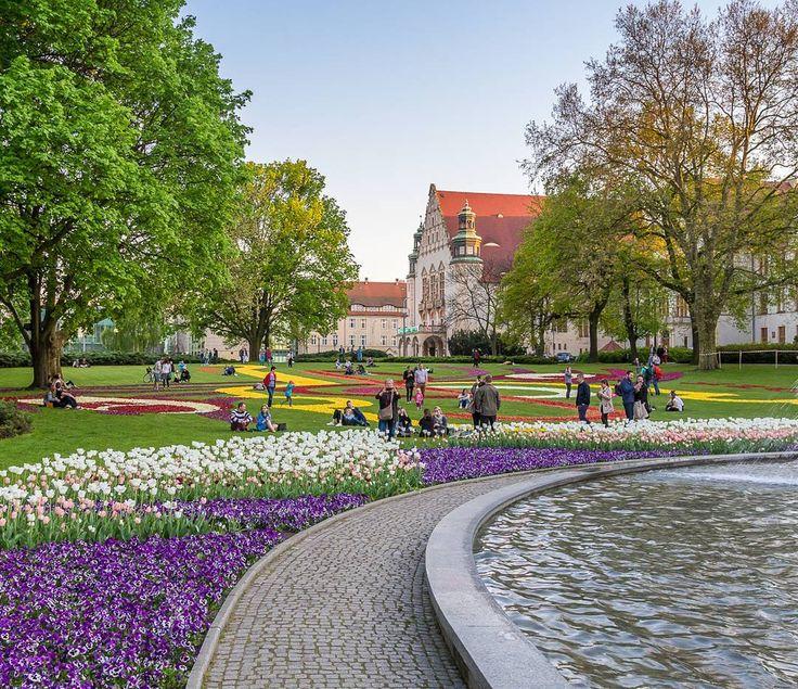 Poznań Park Mickiewicza Więcej na snapchat: poznagram   #poznagram #poznangram #poznan #poznań #posen #poland #polska #igers #vscocam #vscopoland #vsco #igerspoland #spring #city #walk #architecture #architektura  #sun #clouds #bluesky #building #people #cars #trees #citycentre #huntgrampoland #huntgram #artystycznapodroz #visualsgang #polskarchitektura by poznagram