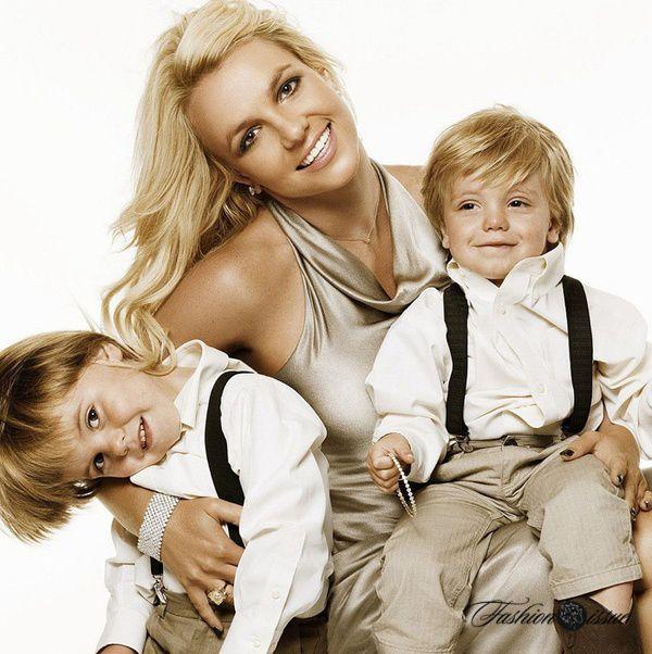 Бритни Спирс – мама двоих детей-погодок: мальчик Шон Престон Федерлайн рожден в 2005, а его брат — Джейден Джеймс Федерлайн – в 2006.на фото Бритни Спирс с сыновьями слева - Джейден Джеймс Федерлайн справа - Шон Престон Федерлайн.В ноябре 2006, спустя два месяца после рождения второго ребенка, Бритни Спирс и Кевин Федерлайн решили расстаться.