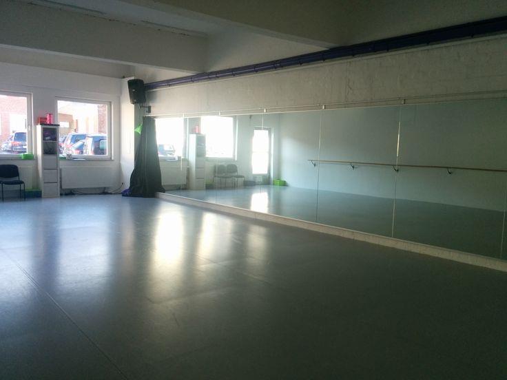 #WANDSBEK neuer Kursraum & Kurszeiten!  Ab dem 6. April finden die Kurse um 19.15 und 20.15 Uhr mit direktem Zugang zum Kursraum hier statt: GYMNASTICA, Eilbeker Weg 90, 22089 Hamburg.   Nächste Woche haben wir Osterpause aus und am 31.3. findet er noch einmal in der Tanzschule Buck statt.  Herzlichen Dank an die Tanzschule Buck für den schönen Raum, der uns so lange mit toller Discobeleuchtung begleitet hat, es war super!!!   #jumpingfitness #hamburg #eilbek #trampolin