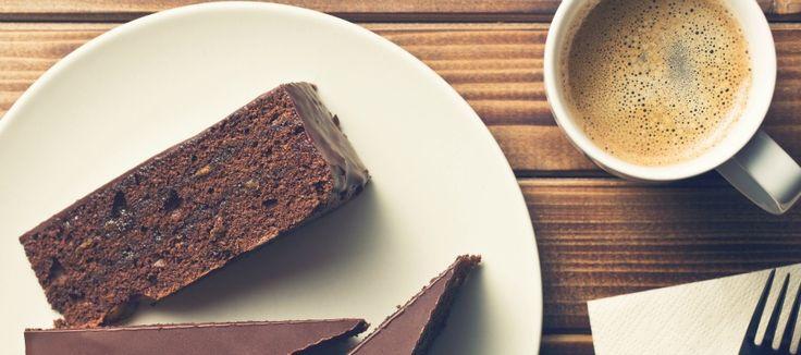 Ricetta torta con fondi di caffè - La ricetta per preparare una torta con i fondi di caffè, mandorle e cioccolato, un dolce delizioso che recupera gli avanzi.