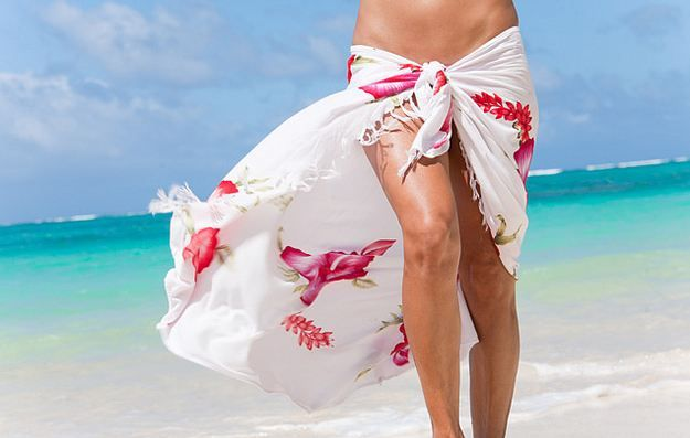 Among the advantages of the pareo is its versatility that turns it from a simple scarf into a real beach wear, depending on how you tie a sarong dress.