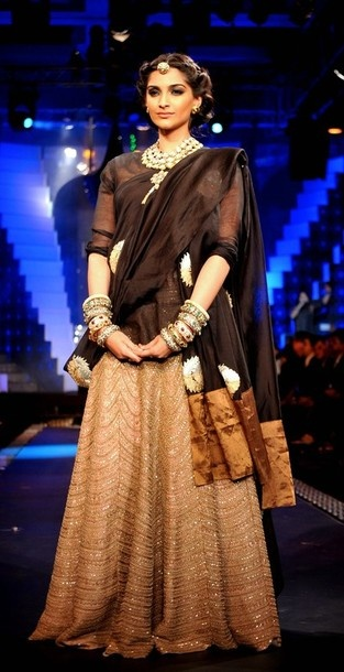 Sonam Kapoor in 'Anamika Khanna' outfit at IIJW 2012