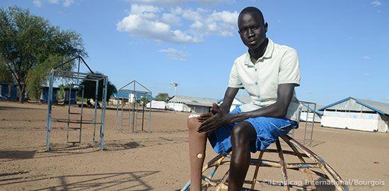 Der 18-jährige Moses kommt aus dem Südsudan. Durch einen Schlangenbiss im Alter von 7 Jahren, musste sein rechtes Bein amputiert werden. Durch den Bürgerkrieg im Südsudan war er gezwungen, zu fliehen
