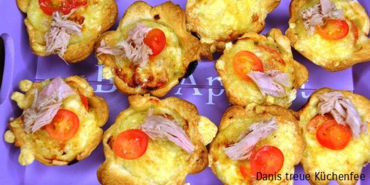 Raclettekäse eignet sich hervorragend zum Überbacken, deshalb habe ich mich zur Herstellung meiner Tartelettes diesemal für diesen aromatischen Käse entschieden in Kombination mit einer Thunfischknoblauchfüllung. Ich benutze das Minimuffinformblech von Pampered Chef. Die Antihaftbeschichtung ist Weltklasse! https://hoeynck.shop-pamperedchef.de/shop/section/products_detail/backen/mini-muffin-form-deluxe/