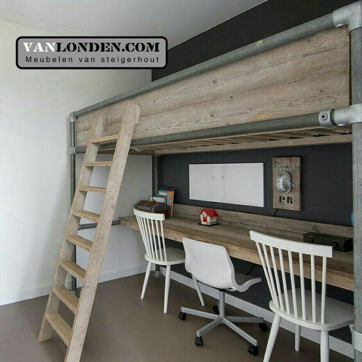 Hoogslaper van steigerbuizen en steigerhout met bureau er onder ... www.vanlonden.com