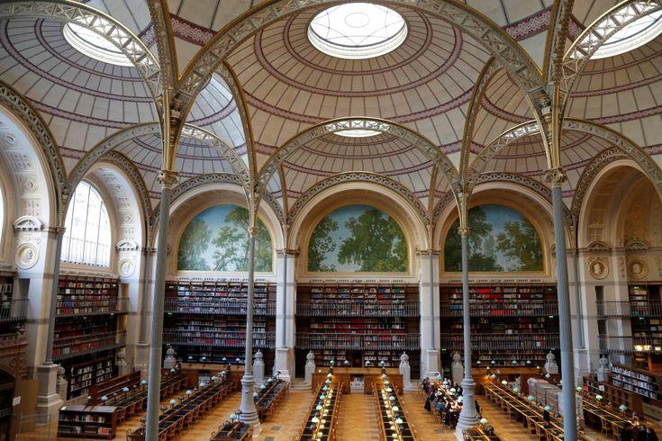 Pierre-François-Henri Labrouste (París, 1801- Fontainebleau, 1875) fue uno de los primeros arquitectos que emplearon el hierro como elemento constructivo y decorativo. Su obra más conocida es la sede histórica de la Bibliothèque Nationale de France (BnF), construida entre 1861 y 1868 en el cuadrilátero Richelieu, en el centro de París, que reabrió el pasado 15 de enero tras 18 años cerrada por remodelación. La restauración de la biblioteca, dirigida por el arquitecto francés Bruno Gaudin…