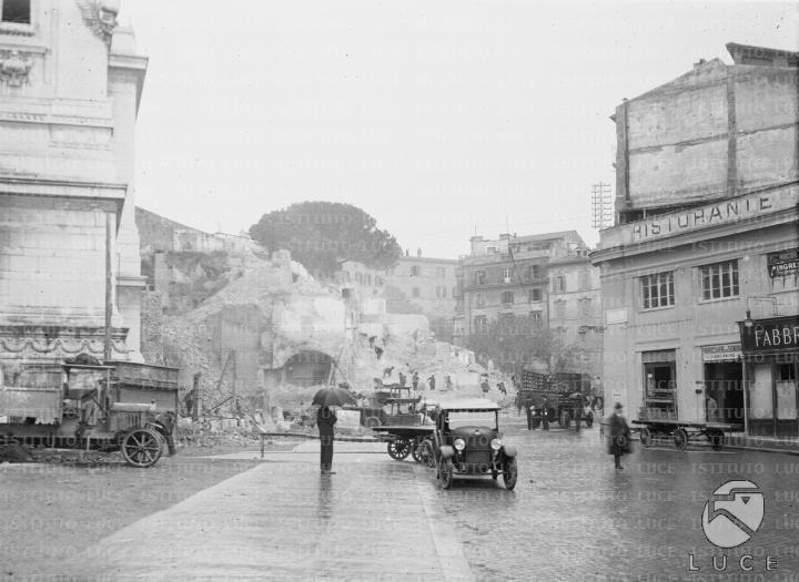 [Demolizione in corso tra il fianco del Vittoriano e la scalinata dell'Ara Coeli per la liberazione del colle Capitolino][1928]