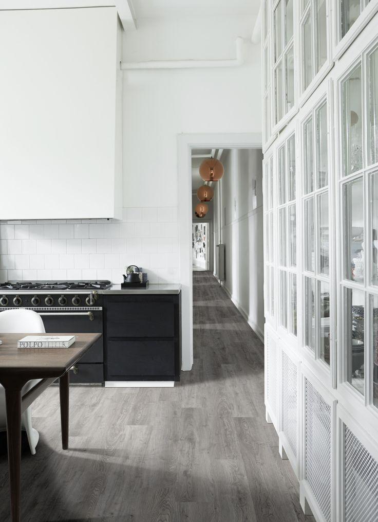 Bestel tot 6 GRATIS vloerstalen via onze website handyfloor.nl   Hudson oak Pvc click laminaat vloer   Deze eikenvloer zorgt voor een warm contrast met de lichte keuken. Zorg ervoor dat de vloer enkele tinten lichter of donkerder is dan de kleur van uw keuken of meubelen. Dan komt alles mooi tot zijn recht.