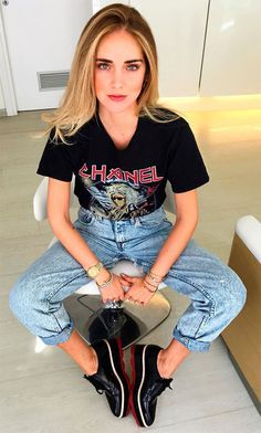 Confira o look da top blogger italiana Chiara Ferragni: camiseta de banda, calça jeans e oxford plataforma.