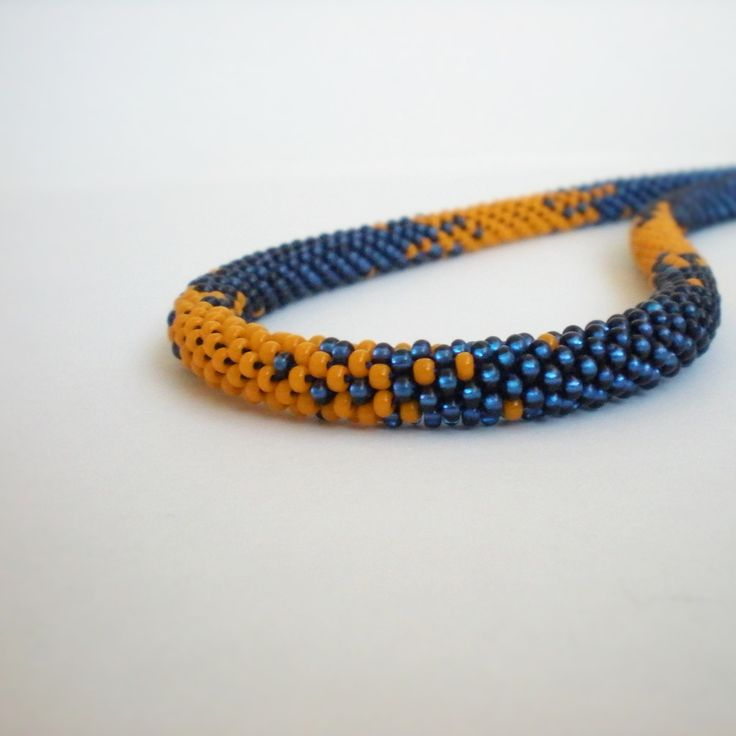 Modrý+s+trochou+oranžové+Háčkovaný+náhrdelník+-+dutinka+-+z+čirého+rokajlu+s+modrým+průtahem+a+rokajlu+oranžové+barvy.+Doplněný+je+kaplíky+a+komponenty+z+obecného+biž.+kovu+bronzové+barvy.+Zapíná+se+karabinkou.+Délka+náhrdelníku+je+51+cm+i+se+zapínáním+Průměr+dutinky+je+0,7+cm++++