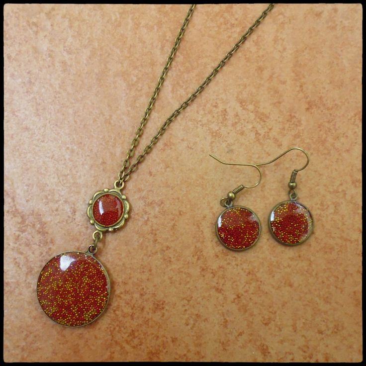 starobronzová sada náhrdelníku (větší lůžko 25 mm) a naušniček (12 mm) v barvě červené a zlaté