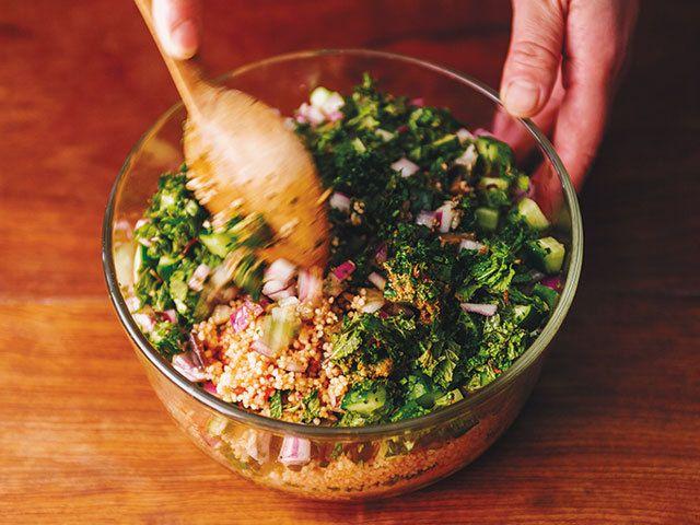 味の変化を楽しみながら毎晩ちょびちょび食べたいサラダ「タブレ」と、グーッと鳴ったお腹をたちどころに充足させてくれる卵とパンのスープ「アクアコッタ」のレシピをご紹介!