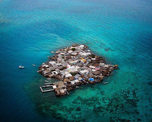 Santa Cruz del Islote en el Archipiélago de San Bernardo en las costas de Colombia. Administrado por Cartagena de Indias, se trata de la isla más densamente poblada del mundo: en una hectárea viven más de 1200 personas. Foto de Miguel Espitia. Colombia