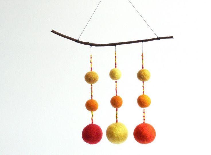 Mobile aus Filzkugeln und Glasperlen von Holz & Stoff Werkstatt auf DaWanda.com