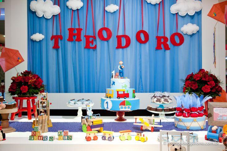 Trem, pião, pipa, amarelinha... Os brinquedos tradicionais foram o destaque no aniversário de 1 ano do Theodoro, decorado pela Rubia de Lima