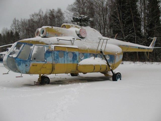 Полузаброшенная стоянка авиатехники