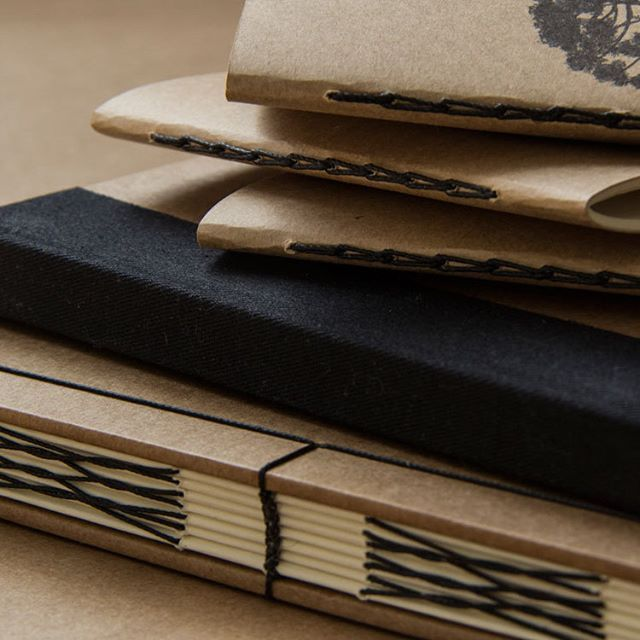 Coleção Kraft+Black  #kraftpaper #bookbinding #handbound #handmadebooks #makersmovement #copticstich #codexstitch
