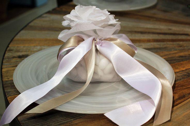 Sacchetto con confetti, rosa bianca e nastri in doppio raso.