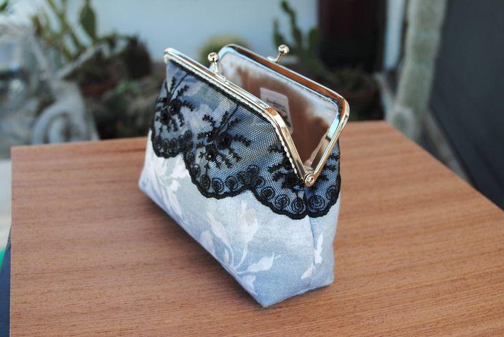 Elegante  borsetta in tessuto grigio con rose begie,rifinita con pizzo nero e perline di cristallo,kisslock metallo argento. di HandmadeRachele su Etsy