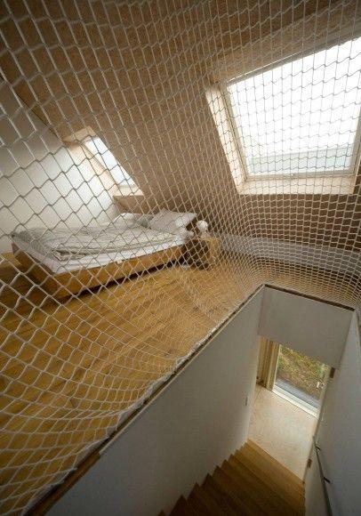 Günstige Lösung: Netze schützen vor dem Sturz auf die Treppe.