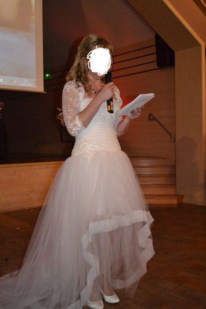 Bonjour,    Je revends ma robe de mariée blanche, achetée neuve chez le couturier Thierry Michel à Marlenheim cette année.  La robe est courte à l'avant et longue à l'arrière.  Elle s'enfile très simplement avec un beau bustier décoré de perles et de brod