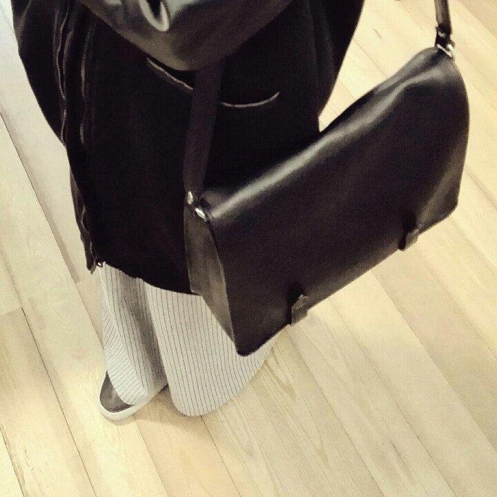 Black leather messenger bag!! 100%vegetable tanned leather! The black style is always elegant!!!!! Love black!!