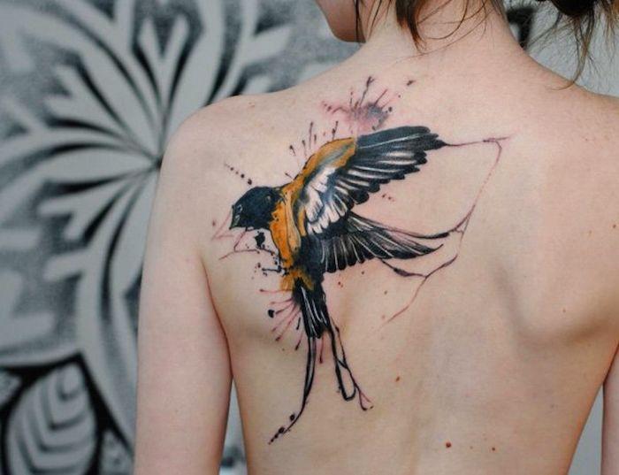 tattoo vogel, frau mit großer tätowierung mit schwalben motiv, rücken tattoo