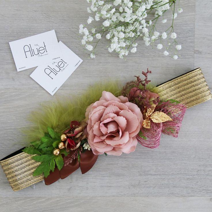 cinturón de flores hecho a mano en rosa maquillaje y pluma