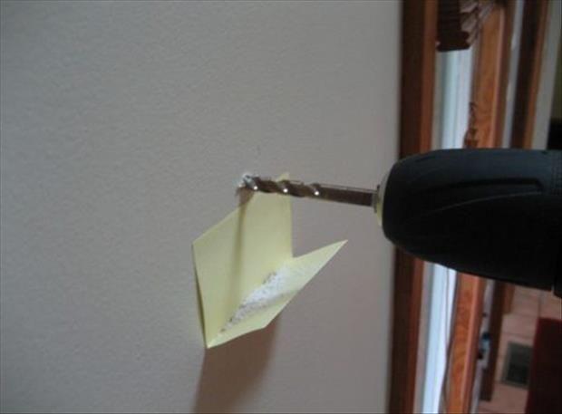 In plaats van stofzuiger onder het te boren gat, een dubbelgevouwen post-it!