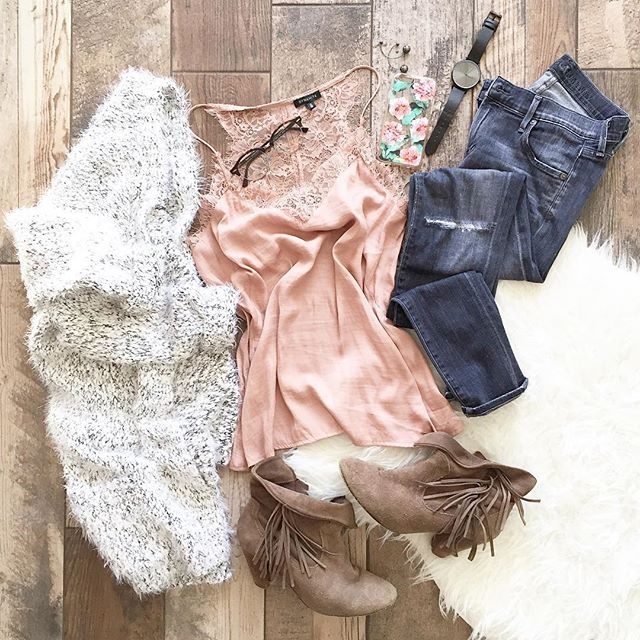 Thursday calls for the comfiest jeans on the planet and a bit of lace ❄️