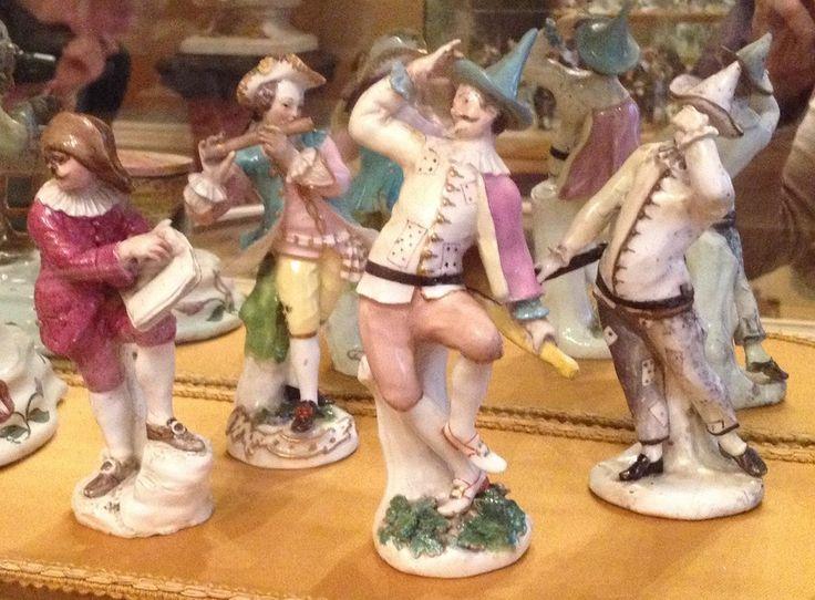 Arlecchino che danza [in primo piano], manifattura Meissen, 1743-44, modello P. Reinicke (Cat. Tomo 2, p. 244). Museo Teatrale alla Scala, Milano