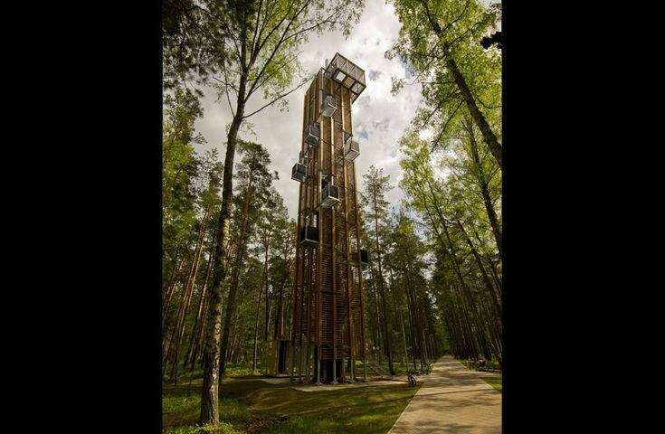 MIRADOR PARQUE DE DZINTARI (JURMALA, LETONIA) / ARHIS ARCHITECTS. En lo alto de este mirador —a 33,5 metros y 203 escalones del suelo boscos...