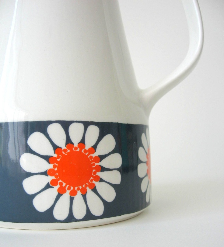 Figgjo Flint Daisy Coffee Pot / Daisy Tea Pot / Turi Gramstad Oliver / Mid Century Modern / Norway. $125,00, via Etsy.