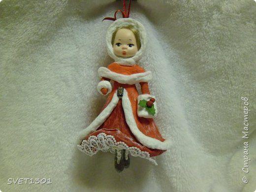Ну вот прошло не много времени, а я снова к вам со своими девочками.  Это по всей видимости Красная Шапочка, которой принято дарить всё красное (и шапку и пальто, и платье), поэтому сапоги она сама себе прикупила.  фото 1