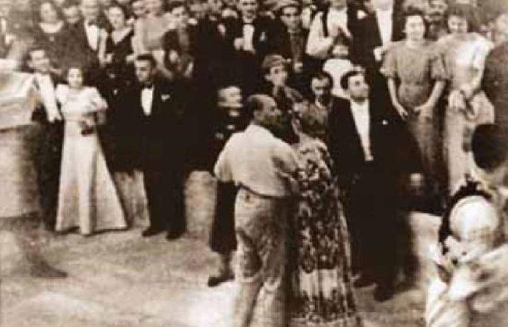 """Atatürk onları izliyordu. Vals bitti, genç Ziya yerine geçecekken yanına yeniden çağırdı. Bu arada dans ettiği bayan yerine oturdu. Atatürk, """"Olmaz! Damın danstan sonra yerine yalnız gitmesi olmaz! Sen ona eşlik edeceksin. Bir şey daha var. Tanıştığın hanımın elini öpmen gerekir"""" dedi. Bu sözleri dans eden bayan da duymuştu. Kalkıp genç Ziya ile birlikte salonun ortasına yürüdü. Sonra geri döndüler. Genç Ziya ona eşlik etti. Bayan oturdu. Elini öperek ayrıldı. Genç Ziya bu kez bayanın elini…"""