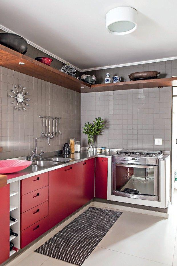 COZINHA PEQUENAS - A cozinha projetada pelo arquiteto Gustavo Calazans, há duas maneiras de tornar o espaço maior: prateleiras no alto e passadeira com listras