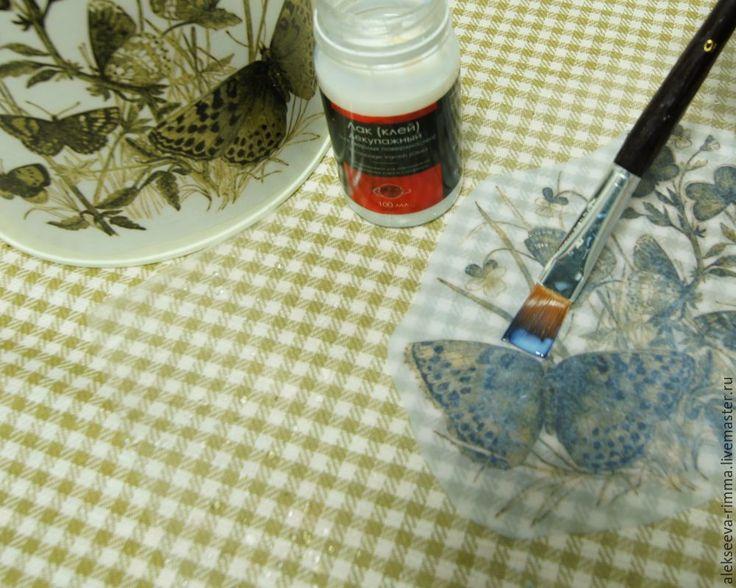 Поэтапное описание декупажа металлической лейки: Расходные материалы: оцинкованная лейка (из ИКЕИ); распечатка на фотобумаге (основной рисунок, картинка в конце мастер-класса); распечатка на простой бумаге на лазерном принтере (узоры); грунт по металлу или акриловая эмаль; акриловая краска — цвет Слоновая кость; лак клей для декупажа; битумный лак; контурная паста Золото Антик; кисть синтетическая; уайт-спирит; тряпочка; резиновый валик.