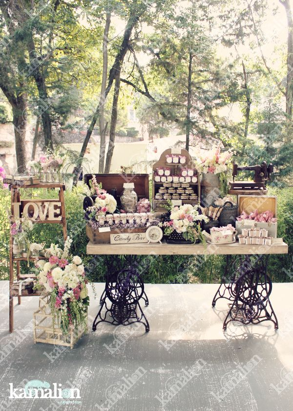 www.kamalion.com.mx - Mesa de Dulces / Candy Bar / Postres / Rosa / Pink / Beige / White / Vintage / Rustic Decor / Flores / Decoración / Máquina de coser / Reloj.