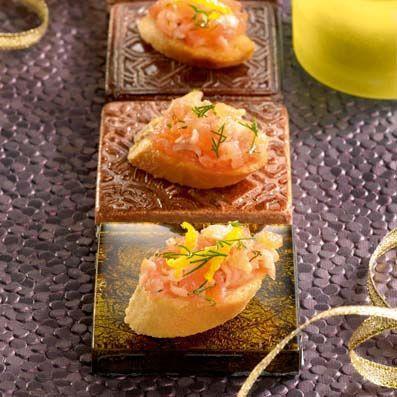 Bouchées croustillantes de tartare de saumon cuisinées avec des Croûtons de Pain Grillés au four TIPIAK. Pour 6 personnes -  Préparation : 20 min.