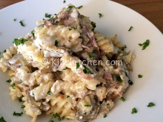 La pasta ricotta e carciofi è un primo piatto tipico del meridione. Indicato per una dieta vegetariana ma personalizzabile a piacere con aggiunta di prosciutto cotto o crudo, speck, pancetta o salsiccia.
