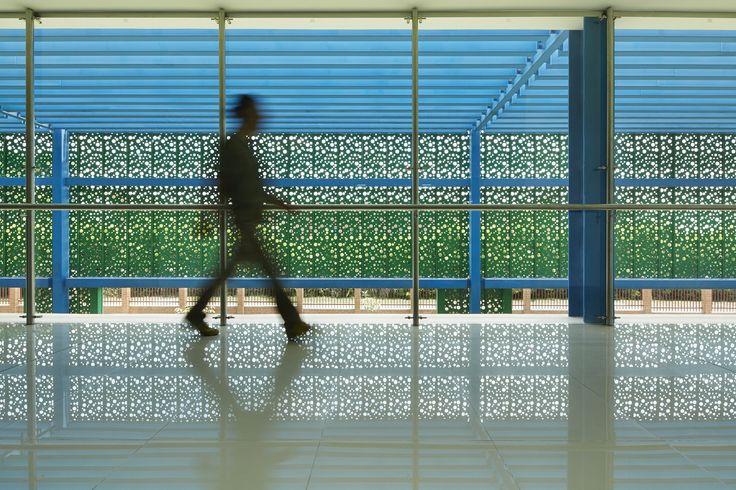 El revestimiento Screenpanel N permite dar un acabado de una sola piel a las fachadas, a partir de paneles dinámicos colocados en sentido vertical u horizontal en más de 60 colores para escoger. Se pueden obtener diseños y figuras a partir de punzonados personalizados, logrando translucidez en el material.