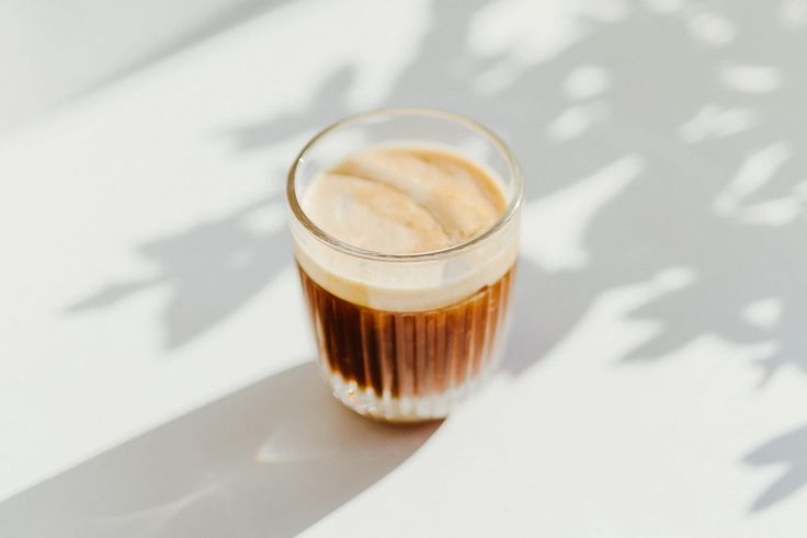 Mit Ihrem Mixer können Sie ganz einfach gesunde Lattes zu Hause zubereiten. Hier…   – Cocktails, Mocktails, Smoothies + Juices