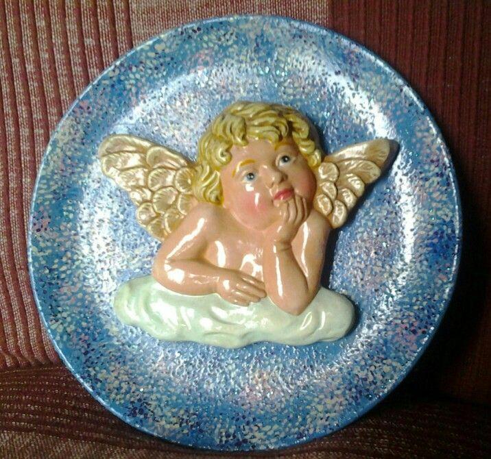 Angelo in terracotta su piatto