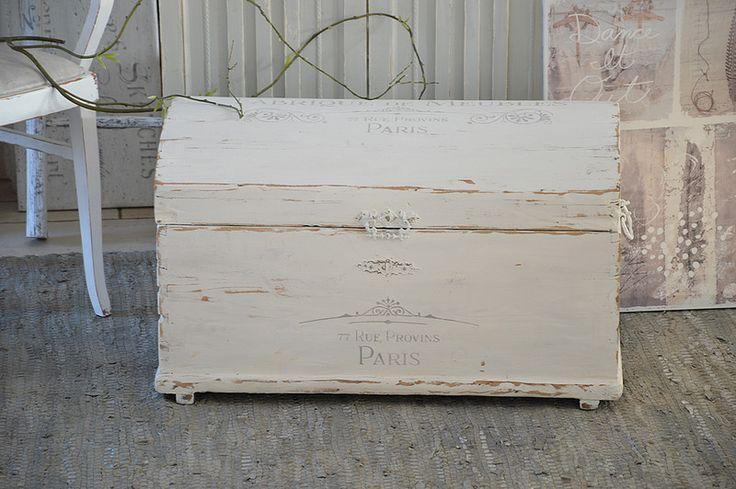 Kisten & Boxen - Antike Holztruhe in weißem Shabbykleid - ein Designerstück…