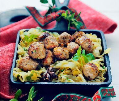 Recept: Julkryddade kycklingköttbullar med spetstkål, fikon och apelsin