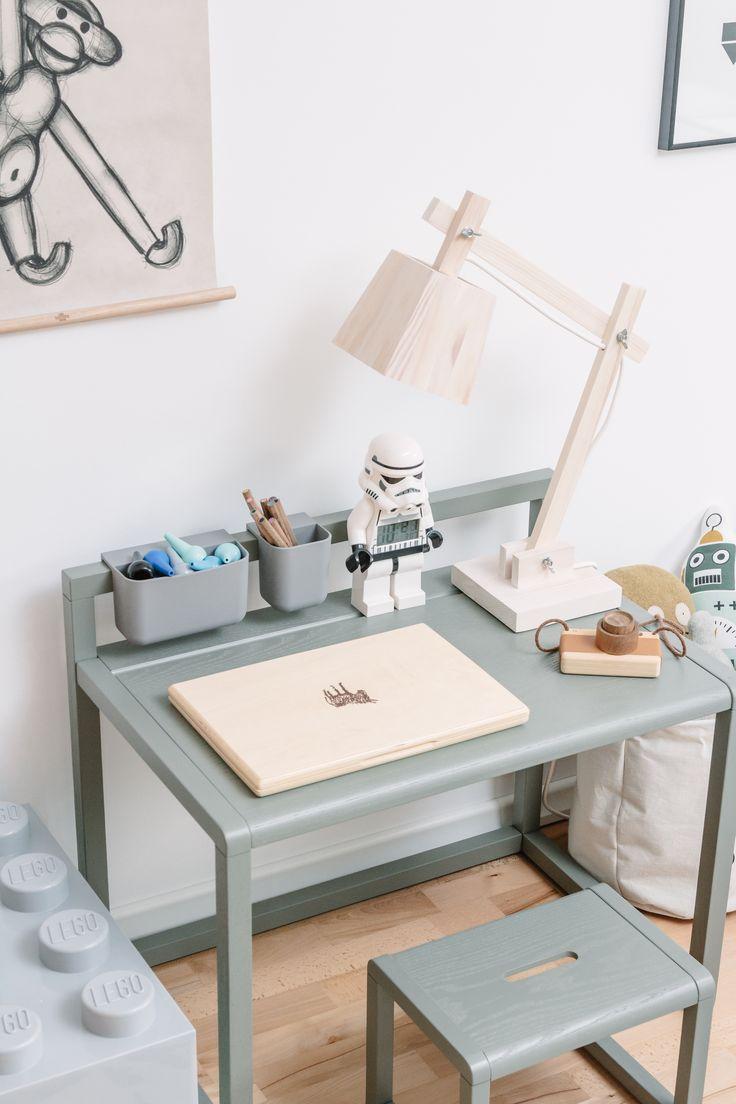 ein schreibtisch im jungs kinderzimmer bloggerin dani hat sich f r den little architect tisch. Black Bedroom Furniture Sets. Home Design Ideas